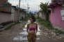 Tamires da Costa, une adolescente brésilienne de 16 ans, enceinte de quatre mois, dans les rues d'une favela de Rio, le 29 janvier 2016.