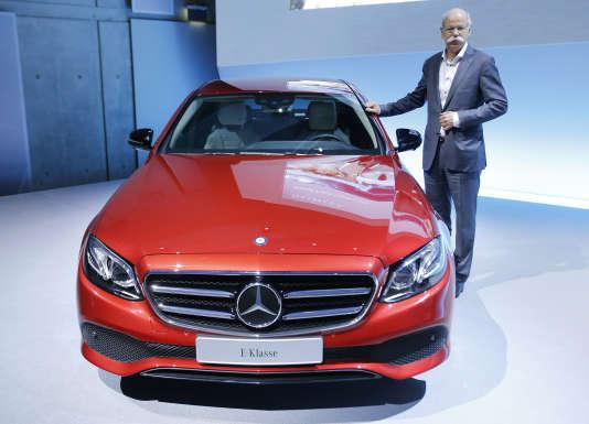 """Au Salon de Genève, il y a aura quand même quelques modèles """"non SUV"""", comme la Mercedes Classe E """"renouvelée"""", présentée ici par le PDG de Daimler, Dieter Zetsche, à Stuttgart, le 4 février 2016."""