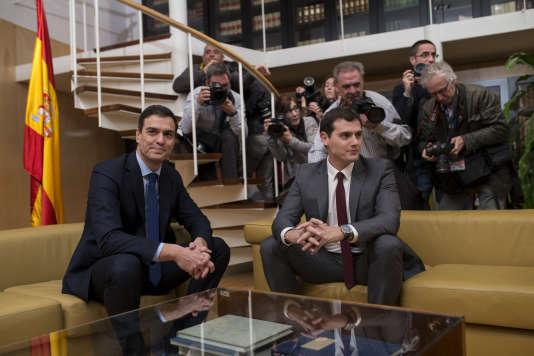 Les libéraux d'Albert Rivera, à droite, doivent apporter leurs 40 voix à Pedro Sanchez, à gauche, lors du débat parlementaire où il tentera d'être investi président du gouvernement.