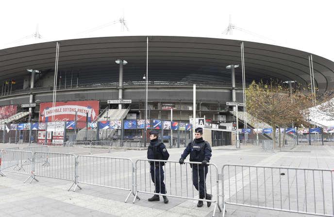 La police sécurise la zone autour du Stade de France, à Saint-Denis, après les attentats du 13 novembre 2015 lors du match France-Allemagne.