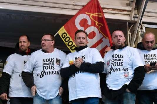 Au centre, Mickaël Wamen, syndicaliste et ancien salarié de Goodyear, condamné à neuf mois de prison ferme.