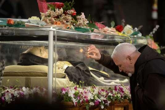 Un moine rend hommage à Padre Pio dans l'église Saint-Laurent-hors-les-murs, avant qu'elle ne soit exposée à la basilique Saint-Pierre de Rome, le 4 février 2016.