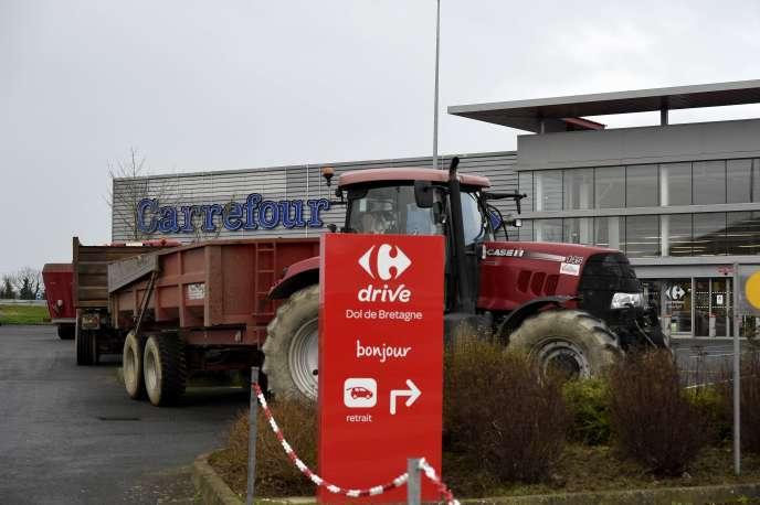 Les accès à un hypermarché Leclerc à Vannes et à un supermarché Carrefour à Dol-de-Bretagne (Ille-et-Vilaine) étaient bloqués dans le calme par plusieurs dizaines d'agriculteurs venus à bord de quelques tracteurs, ont constaté des photographes de l'AFP.