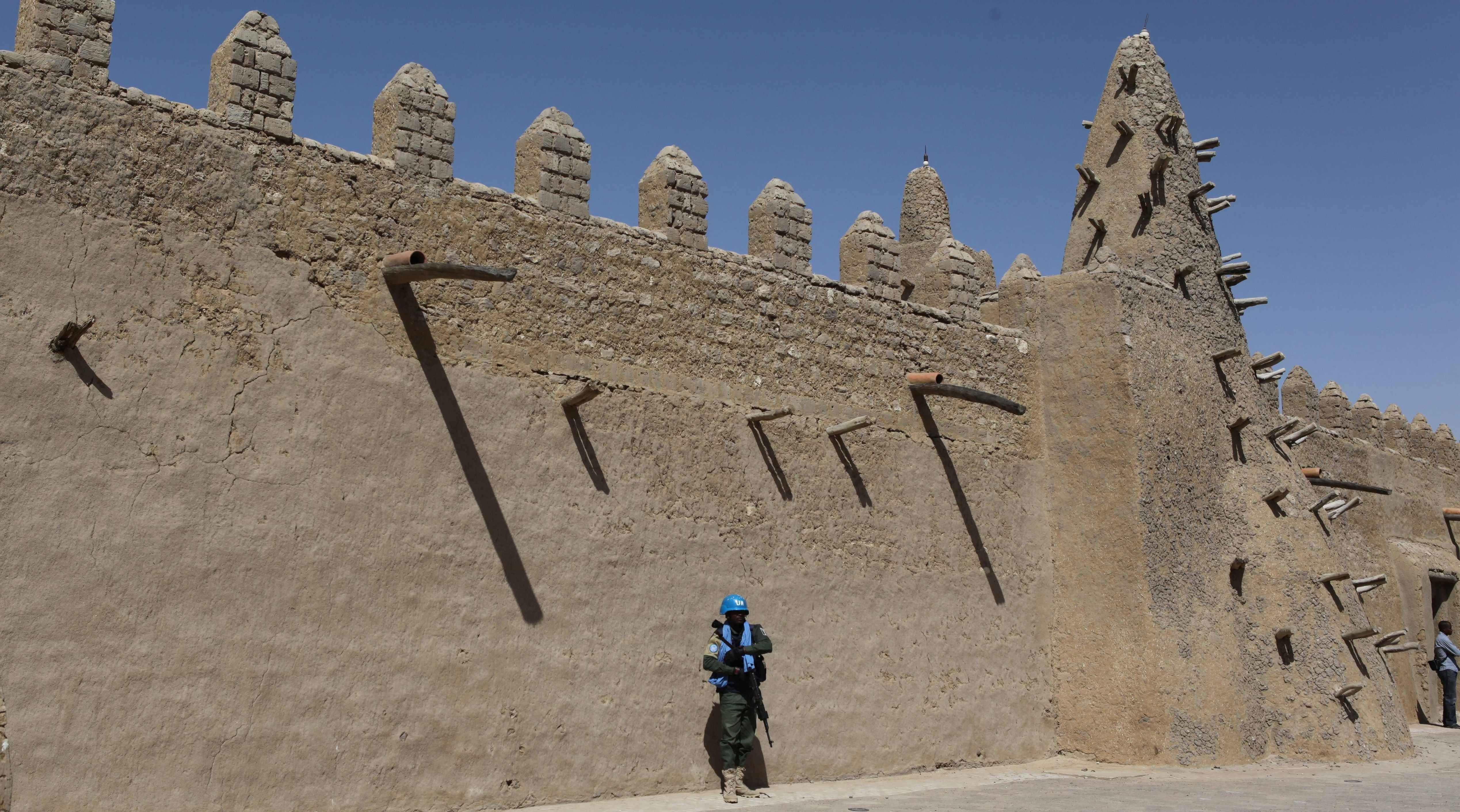 Un casque bleu de l'ONU garde la mosquée Djingareyber, le 4 février à Tombouctou.