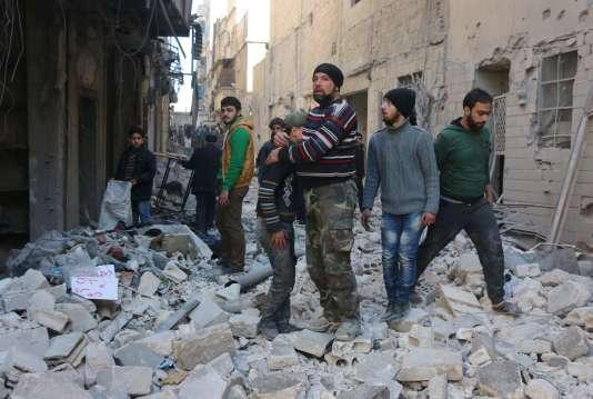 Des Syriens après une frappe russe dans le quartier contrôlé par les rebelles d'Al-Kalasa dans la ville d'Alep, dans le nord de la Syrie, le 4 février 2016.