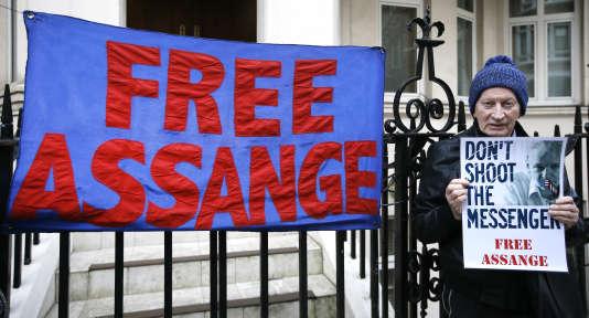 Un homme exprime son soutien à Julian Assange devant l'ambassade de l'Equateur à Londres, jeudi 4 février.