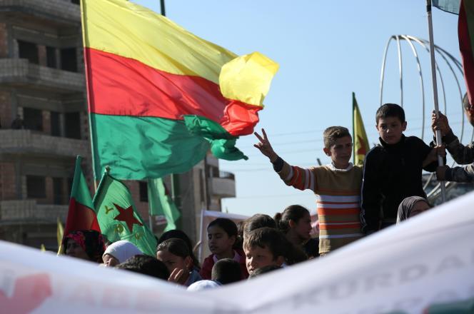 Le drapeau duParti de l'union démocratique (PYD)kurde lors d'une manifestationà Kamechliyé, la« capitale» du Rojava,en Syrie, le 4 février 2016.