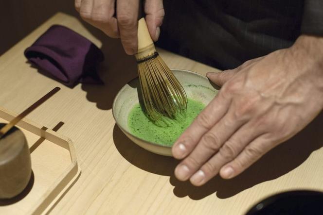 Traditionnellement, le matcha est émulsionné avec un fouet en bambou jusqu'à l'obtention d'une mousse dense.