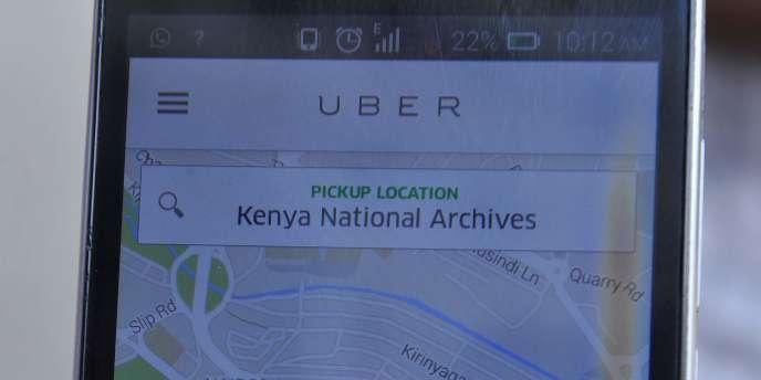 Un chauffeur de taxi privé privé montre l'application mobile de Uber à Nairobi, le 4 Février 2016.