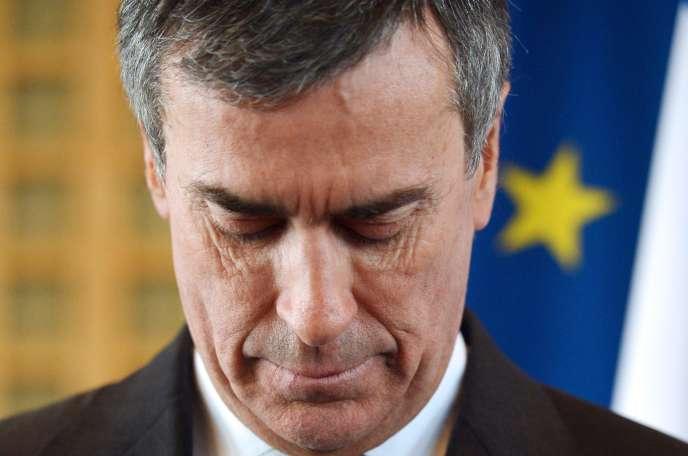 Le ministre du budget, Jérôme Cahuzac, soupçonné d'avoir dissimulé au fisc un compte à l'étranger, ment à l'Assemblée nationale sur l'existence dudit compte, puis démissionne en mars2013.
