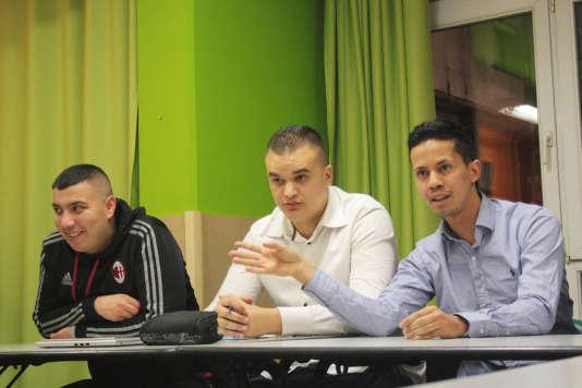 Miloud Sid Ahmed (à gauche) et Mehdi Meksen (centre), de l'association Insertion Sport Jeunesse, avaient invité Abdennour Slimani (à droite), militant socialiste, pour débattre sur la déchéance de nationalité.