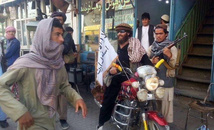 Un combattant taliban sur une moto dans les rues de Kunduz, sur une photo datant du 29 septembre 2015.