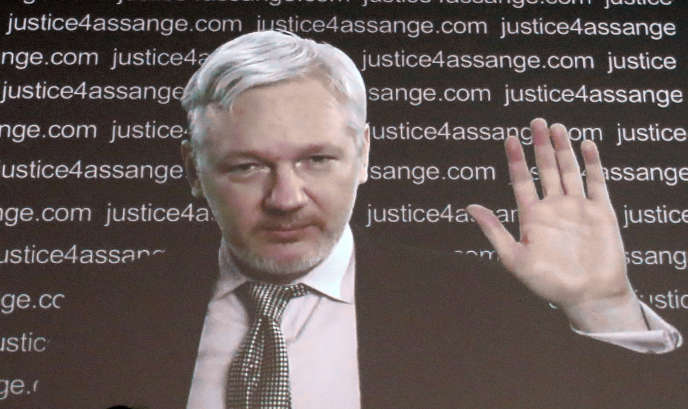 Julian Assange s'adresse aux médias depuis l'ambassade de l'Equateur à Londres, en juillet 2016.