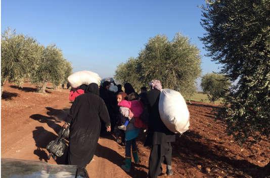 Des Syriens marchent vers la Turquie près d'Azaz dans la région d'Alep le 4 février 2016.