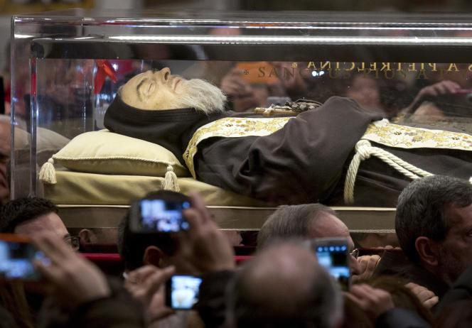 Le corps du Padre Pio dans la basilique de Saint-Pierre au Vatican, le 5 février 2016.