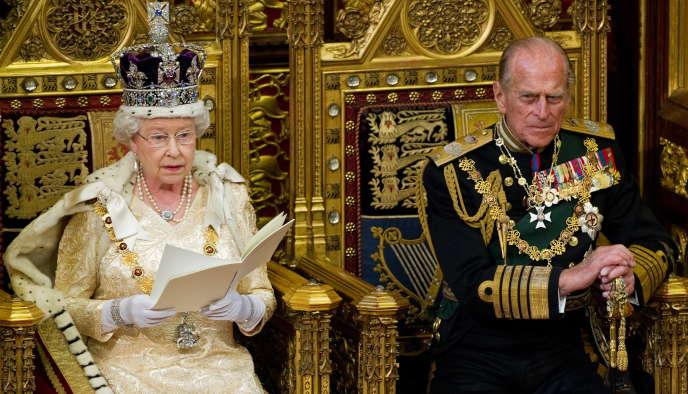 Le prince Philip et son épouse la reine Elizabeth II lors de l'ouverture de la session parlementaire à Westminster, à Londres, le 25 mai 2010.