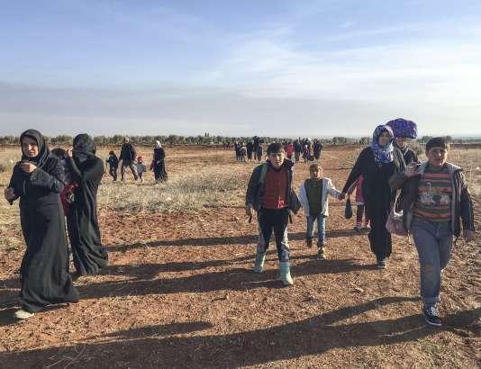 Des Syriens fuient vers Azaz, au nord d'Alep, après des frappes russes sur les positions rebelles, le 4février.