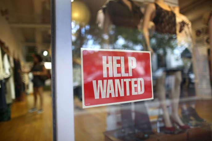 Une boutique de vêtements, à Miami, recherche des employés. Le taux de participation, c'est-à-dire la proportion de gens qui ont un travail ou qui en cherchent un, n'est que de 62,7%, un niveau inédit depuis les années1970.