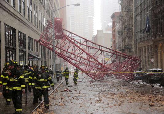 L'effondrement d'une grue dans le centre de Manhattan, à New York, a fait au moins un mort, vendredi 5 février.