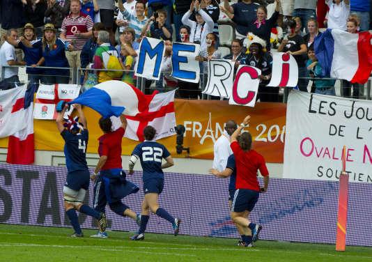 Le XV de France féminin salue son public, au stade Jean-Bouin, le 17août2014.