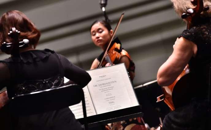 La violoniste japonaise Sayaka Shoji et l'orchestre de chambre polonais jouent les Quatre Saisons de Vivaldi pendant les