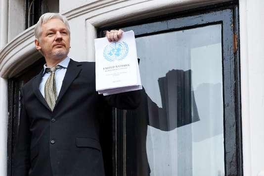 Julian Assange brandit le rapport des Nations unies sur sa «détention arbitraire», vendredi 5février au balcon de l'ambassade équatorienne.