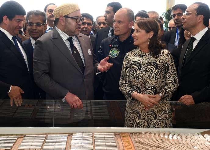 Le roi Mohammed VI et la ministre française de l'écologie, Ségolène Royal, le 4 février 2016 à Tamezghitane.