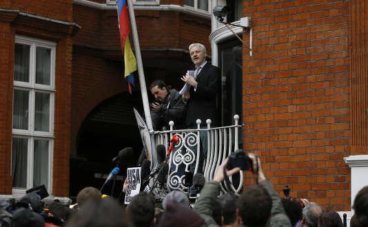 Le fondateur de WikiLeaks, Julian Assange, sur le balcon de l'ambassade d'Equateur, à Londres, le 5 février 2016.