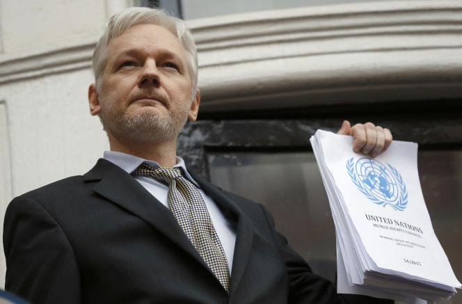 Julian Assange, lors de l'une de ses rares sorties sur le balcon de l'ambassade d'Equateur, à Londres,le 5 février 2016.