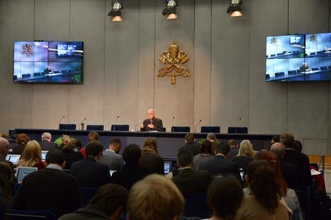 Le directeur du bureau de presse du Saint-Siège, Federico Lombardi, lors d'une conférence de presse au Vatican le 5 févrie, annonçant la rencontre du 12 février entre le pape François et le patriarche Cyrille.