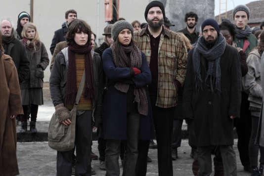 Léonie Simaga (au centre) interprète Izia Katell qui doit élever seule son enfant Noah (à sa gauche, joué par Nemo Schiffmann).