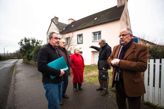 Des membres de l'association Accueil Solidarité Saint-Urbain devant l'ancien presbytère de la commune, le 1erfévrier.