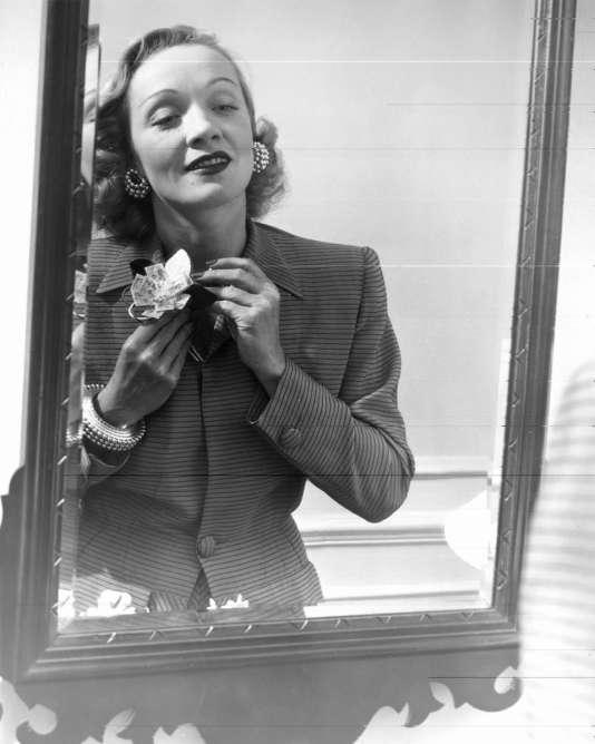 Marlene Dietrich avec des bijoux Cartier, en juin 1942.