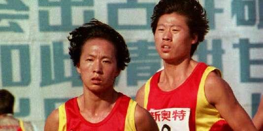 Les Chinoises Wang Junxia (premier plan) et Qu Yunxia, le 13 septembre 1993, à Pékin.
