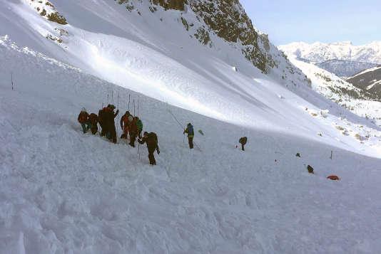 Une équipe de recherche tente de dégager des survivants de l'avalanche.