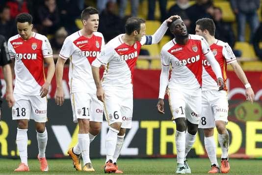 Tiémoué Bakayoko félicité par Ricardo Carvalho après son ouverture du score tardive pour Monaco.