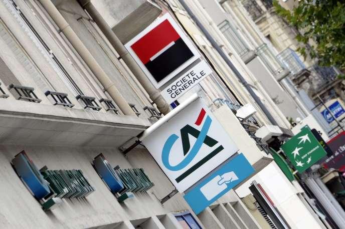 En France, la proportion de clients fréquentant plusieurs fois par mois leur agence est passée de 62% en2007 à 21% en2015, selon la Fédération bancaire française (FBF) (Photo: logo de la Société générale, du Crédit agricole et de BNP Paribas à Rennes en 2012).