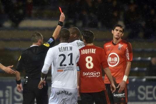 François Bellugou expulsé par l'arbitre Mikael Lesage après son geste dangereux sur Boudebouz.