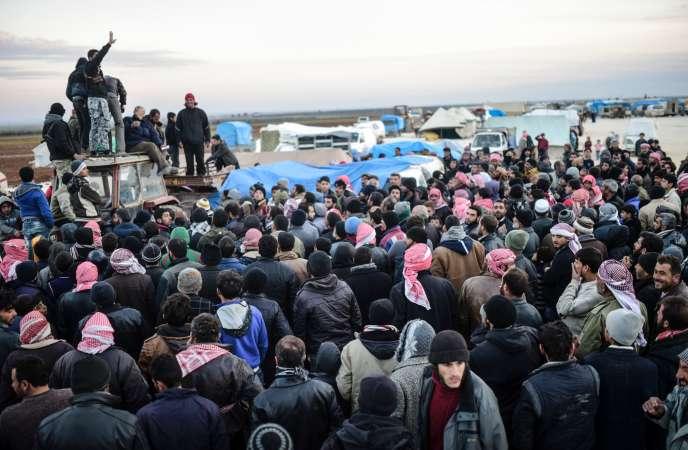Des réfugiés venus d'Alep se pressent à Bab Al-Salama, dans le nord de la Syrie, à la frontière turque, le 5 février.