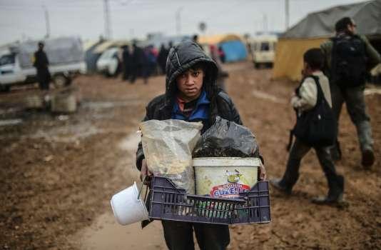 Des milliers de Syriens ont fui Alep en raison des combats et sont actuellement bloqués à la frontière turque.