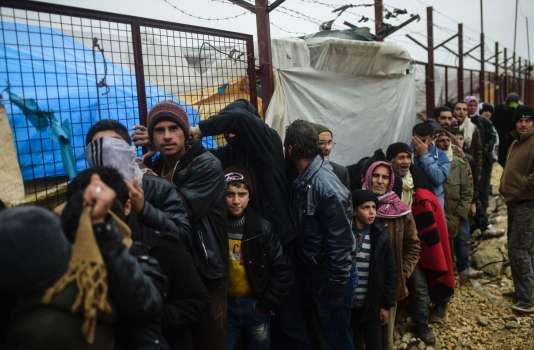 Des Syriens fuyant les combats dans la région d'Alep attendent à Bab Al-Salama de pouvoir traverser la frontière avec la Turquie, le 6 février.