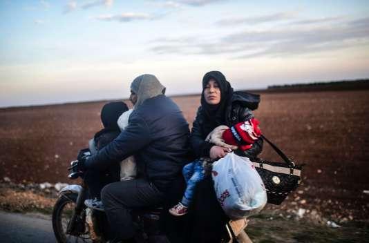 Une famille fuit les combats d'Alep en direction de la frontière avec la Turquie, le 5 février.