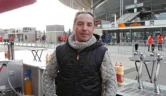 Fernando Peixoto, serveur au restaurant Events en face du Stade de France, à Saint-Denis. Il revenait sur les lieux pour la première fois depuis les attentats, le 6 février 2016.