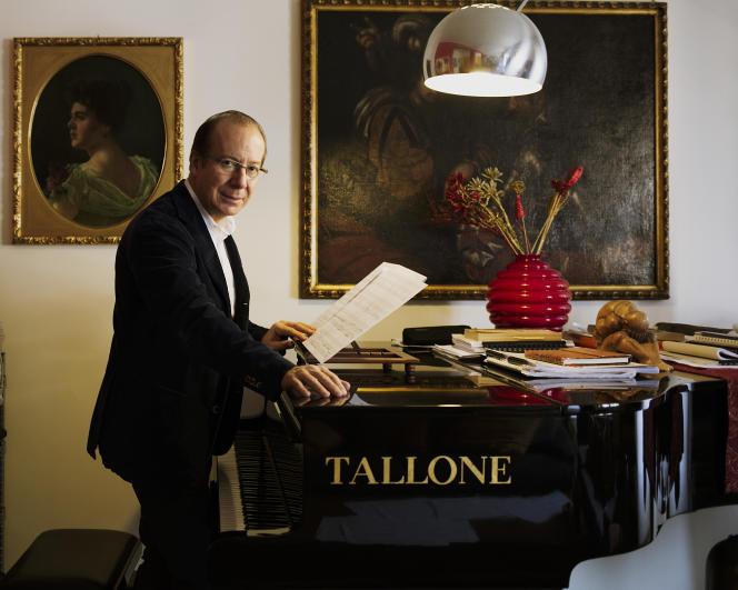 Le compositeur Ivan Fedele dans son appartement de Milan, en février 2016.