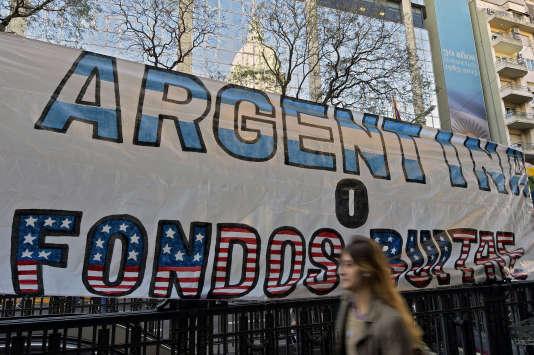 """""""L'Argentine ou les fonds vautours"""", peut-on lire sur cette bannière affichée devant les locaux du Congrès argentin, en septembre 2014."""
