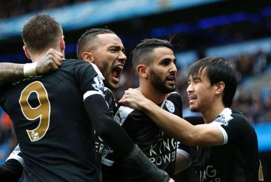 Les joueurs de Leicester entourent Riyad Mahrez après son but.