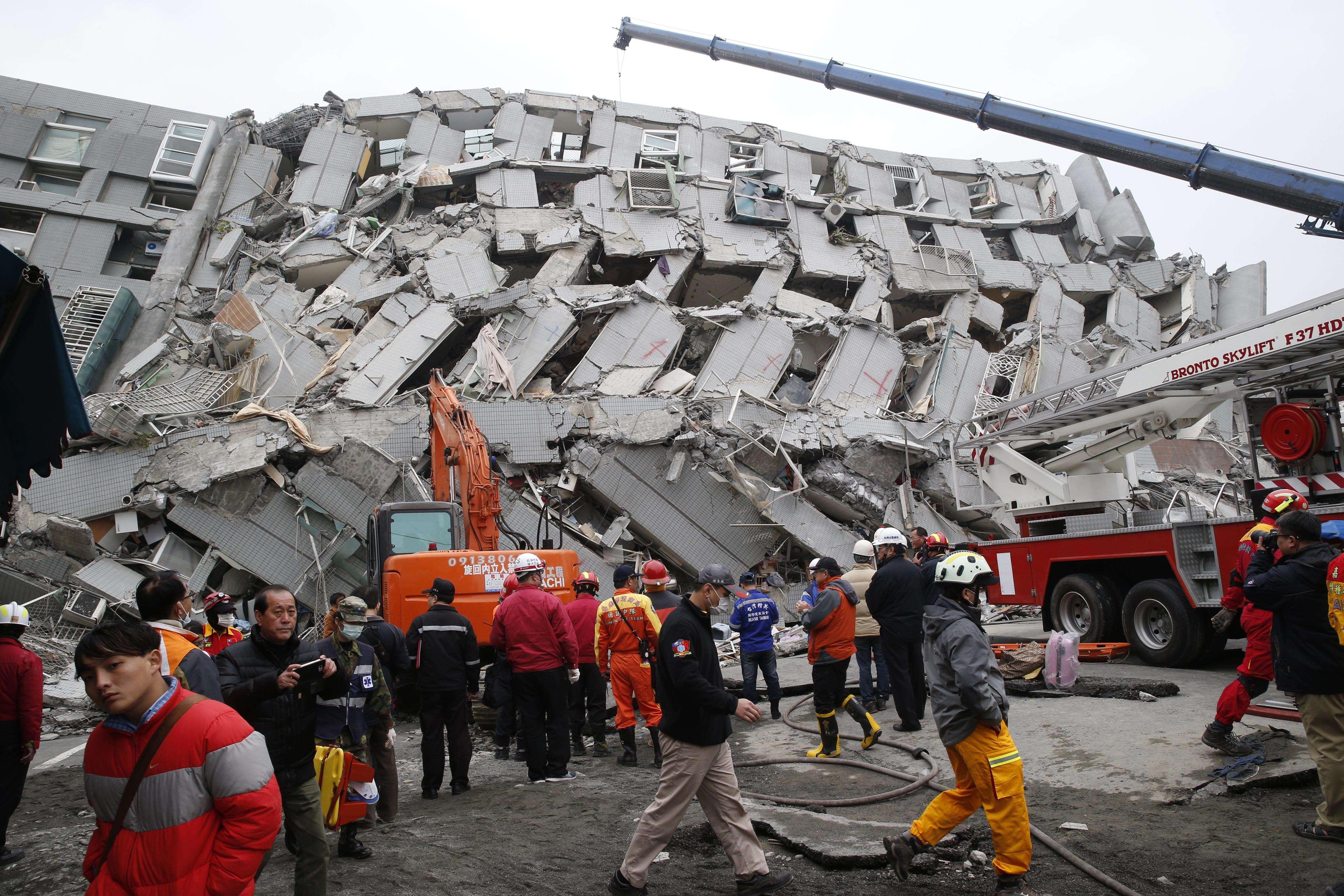 Les recherches se poursuivent dans les décombres, notamment autour d'un immeuble de seize étages, où au moins trente personnes seraient toujours prisonnières de l'amas de béton.