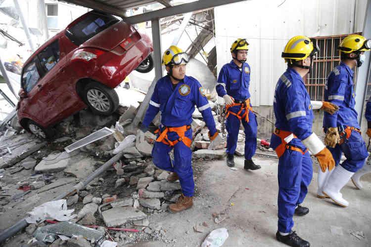 Selon des responsables, plusieurs centaines de personnes ont été blessées à travers la ville de Tainan et une soixantaine ont été transportées à l'hôpital.