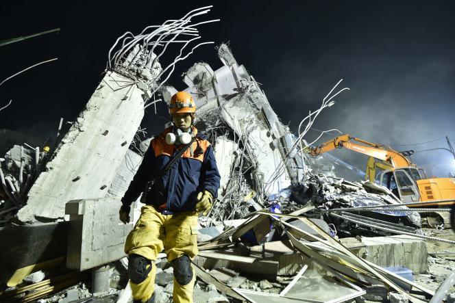 Un secouriste à Tainan (Taïwan), le 6 février 2016 après le séisme de magnitude 6,4.