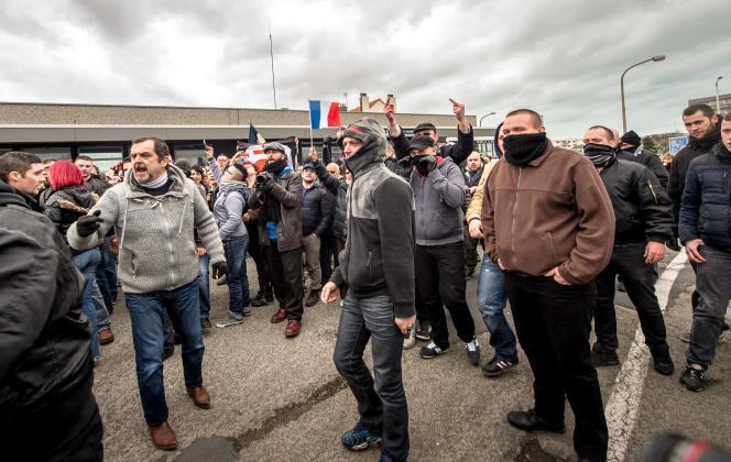 Des manifestants de Pegida, à Calais, samedi 6 février.